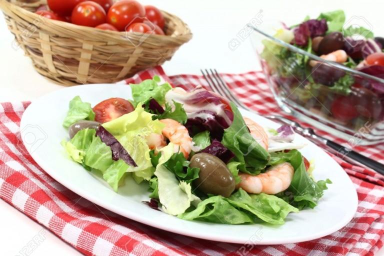 11153429-ensalada-mixta-con-gambas-y-tomate-Foto-de-archivo